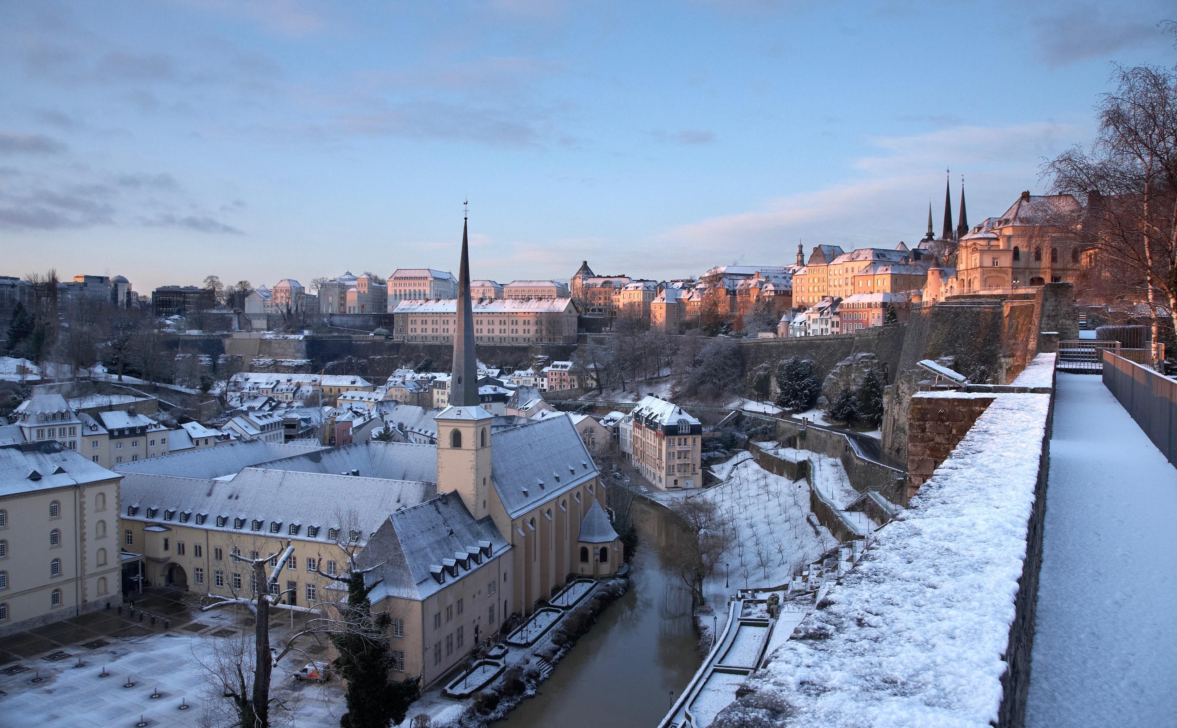 Vue hivernale sur la vieille ville de Luxembourg et le quartier du Grund